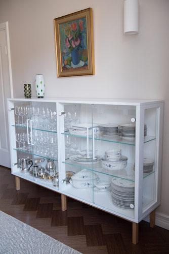 Ruokapöytä ja lasivitriini yksityiskotiin