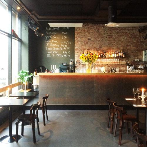 Pöytiä, penkkejä ja baaritiski Pontus-ravintolaan